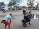 Motorrad Crash: Schatziiii Anfahren KEIN Wheeliiieee