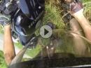 Motorrad Crash. Schleift die Haut auf dem Asphalt, lernen wir durch Schmerzen halt