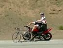 Motorrad Crash Snake. Volltrottel räumt Fahrradfahrer ab... zum Glück niemand schwer verletzt