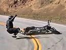 Motorrad Crash Supermoto Suzuki DRZ400 küsst den Asphalt der Snake