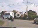 Motorrad Crash: Überholt, Schiss gekriegt und ab in den Gartenzaun