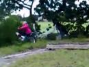 Motorrad Crash - und ab in die Hecke und schäm Dich