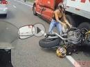 Motorrad Crash unter LKW. Fahrer unverletzt - LKW nicht gerollt?!