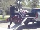 Motorrad Crash: Verladedepp - beim dritten Mal elegant von der Rampe geknallt *lol*