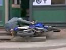 Motorrad Crash: In die Kneipe geflogen, weil den Affen gemacht!