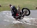 Motorrad Crash per Überschlag ins Wasserloch mit dämlicher Lache