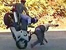 Motorrad Crash: Wenn ein 3-Mann Stoppie schiefgeht, fallen auch 3 aufs Maul