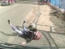 Motorrad Crash: Wer beim bremsen falsch dosiert, schmerzhaft übern lenker schmiert