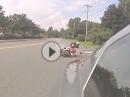 Motorrad Crash: Wer ohne Hirn den Affen macht, von hinten in das Auto kracht