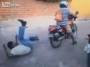 Motorrad Crash: Besoffen, Wheelie, Beifahrer weg und Einschlag - Depp