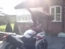 Motorrad Crash: Wheelie mit Salto über den Lenker - autsch