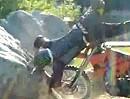 Motorrad Crash: Wie fahre ich mit einem Crosser über einen Felsbrocken?