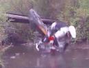 Motorrad Enduro Crash: Ich sach doch ÜBER den Balken!!!