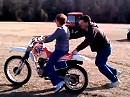 Motorrad Fahrschule: Frauchen lernt fahren und muss wieder eingefangen werden :-)