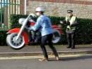 Motorrad Falschparker - Da kuckt er, der Polizist