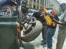 Motorrad Falschparker werden ordentlich und pfleglich abgeschleppt