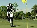 Motorrad-Golf mit Rickie Fowler - mit dem Crosser auf dem Green einlochen