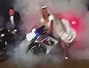 Motorrad-Hochzeit Cris R1: Mit Burnout in die Hochzeitsnacht!