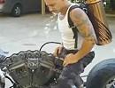 Motorrad Kunst: RK Chain bike. Der Tank? Wird auf den Rücken geschnallt! Geil