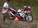 Motorrad Mord: Erschiessen geht nicht, also anstecken - Trash!