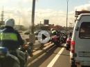 Motorrad Polizei Crash: Polizist mit der Autotür abgeräumt - Vollidiot