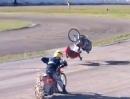 Motorrad Rennstart Crash: Auf die Plätze Überschlag