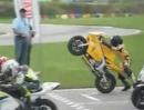 Motorrad Rennstart Crash: Manchmal ist ein Rennen rum, bevor es begonnen hat.