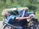 Motorrad Sofa Thailand :-) Alter Mann extrem gelassen