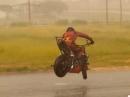 Kangaroo Stoppie oder Blitzschnelles Wenden auf regennasser Straße