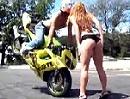 Motorrad Stoppie to Kiss - auch ne Art zu knutschen, der Helm stört