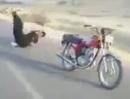 Motorrad Stunt Crash: Ein Bike ist nicht zum tanzen da, Moped und Fresse kaputt