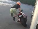 Motorrad Stunt Crash - immer an der Wand lang