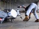 Motorrad Stunt Crash: Wenns wheelisieren auf die Knochen geht ...
