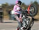 Motorrad Stunt Girls - kochen kann ich nicht, aber kuck wie ich wheelisiere