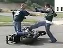 """Motorradfahrer dreht vollkommen durch - Motorrad """"gehorcht"""" nicht! Psychopath"""