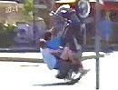 Motorrad Sturz: An der Kreuzung erfolglos und peinlich den Affen gemacht