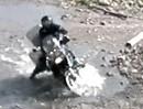 Motorrad Sturz: Fällt die Kuh die Pfütze rein, muss irgendwo Gelände sein.