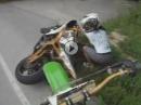 Motorrad Sturz: Taffes Mädel und ein Kavalier als Freund - Frauenpower
