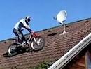 """Motorrad Trial Stunt: Chris Pfeiffer auf dem Hausdach beim """"arbeiten"""""""