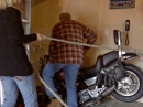 Motorrad überwintern - wie bekommt man es wieder raus??