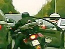 Motorrad Unfall: Ab durch die Mitte, Tür geht auf, Peng.