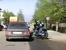 Motorrad Vekehrsunfall: Ist die Straße feucht und Nass, gibt beim fahren wenig Gas