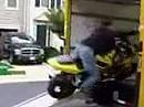 Motorrad verladen: Rampe zu steil, Gas zu wenig - adieu Herr Verladekönig