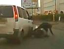 Straßenkrieg: Motorrad vs. Van in Russland. Bike abgeräumt und dann gibts aufs Maul