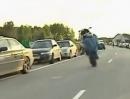 Motorrad Wheelie Abflug. Wer den Ablauf nicht so kennt, hat am End den Spaß verpennt