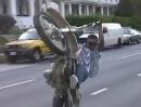 Motorrad Wheelie auf Dope?! Können tut er es, ganz dicht ist er aber nicht!