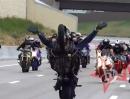 Motorrad Wheelie Combo. Blox Starz Rudel wheelisierend auf dem Highway