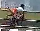 Motorrad Wheelie Crash in den Abflußkanal - der Typ nimmt eine Nase voll
