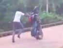 Motorrad Wheelie Crash mit anschließender Kaltwasser Entsorgung