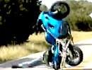 Motorrad Wheelie Crash, Wheeliedepp räumt Kameramann gleich mit ab